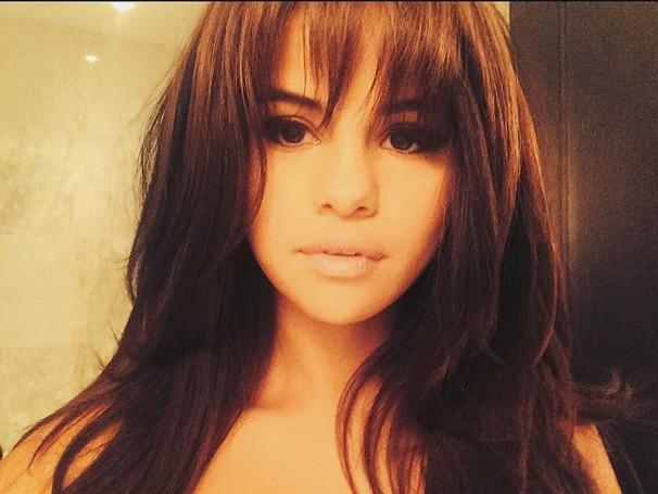 Selena Gomez pokazuje piersi (FOTO)