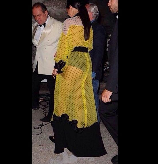 Selena Gomez coraz odważniejsza - pokazała majtki (FOTO)