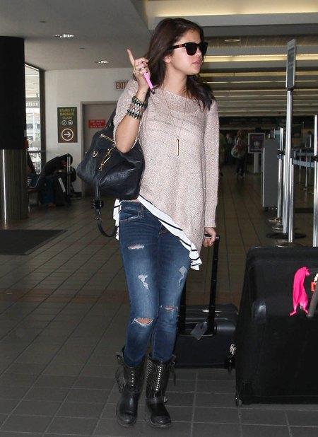 Selena Gomez - podarte dżinsy, buty z ćwiekami (FOTO)