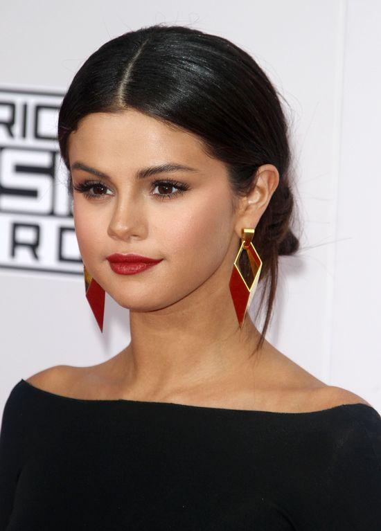 Selena Gomez jak w �a�obie na AMA 2014 (FOTO)
