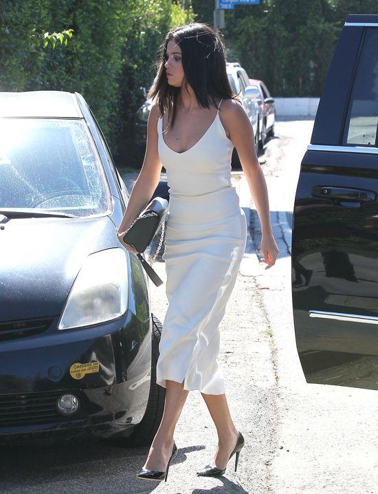 Selena Gomez lansuje krągłości (FOTO)