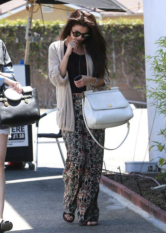 Selena Gomez obgryza paznokcie (FOTO)