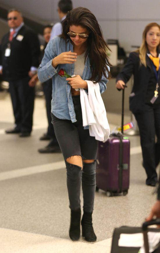 Selena Gomez wróciła z wakacji z różą od kochanka (FOTO)