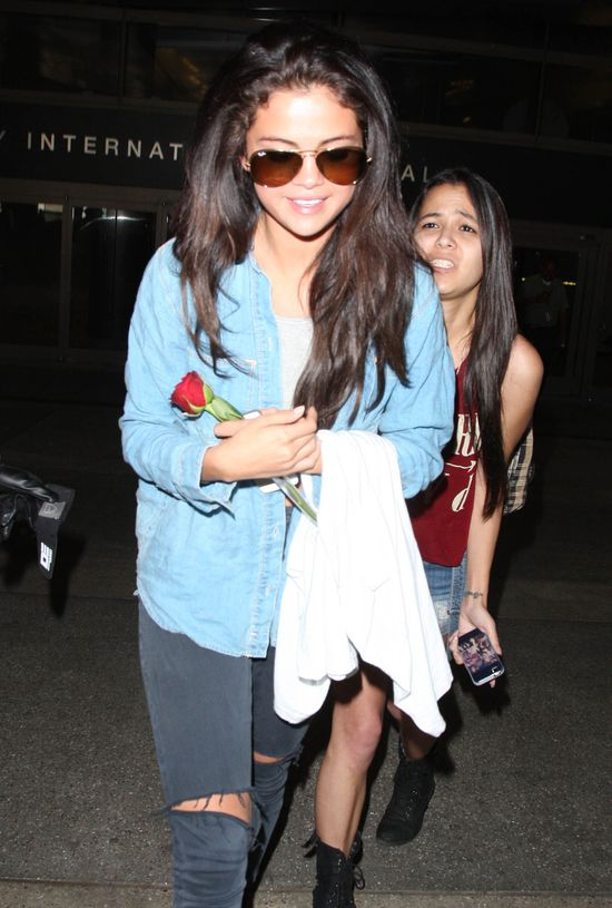 Selena Gomez wr�ci�a z wakacji z r� od kochanka (FOTO)