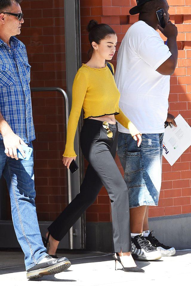 Bardzo szczupła Selena Gomez BEZ STANIKA pokazała brzuszek (ZDJĘCIA)