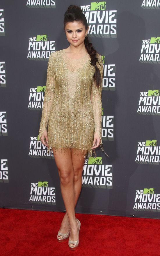 Selena Gomez w złotej mini na czerwonym dywanie (FOTO)