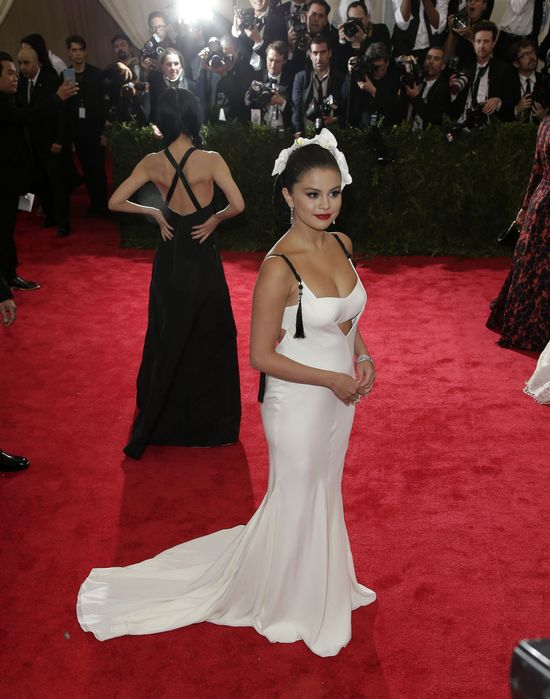 Selena Gomez na gali MET jak panna młoda? (FOTO)