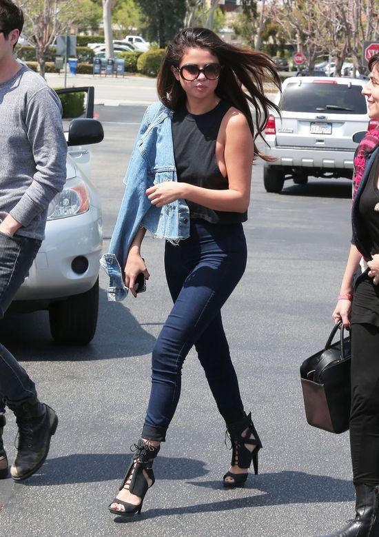 Selena Gomez błysnęła biustem (FOTO)