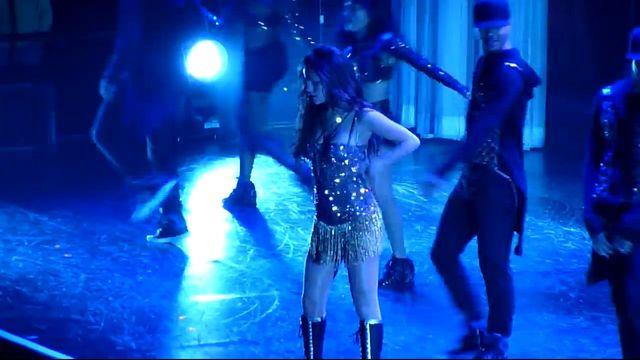 Selena Gomez mia�a wypadek na scenie (VIDEO)
