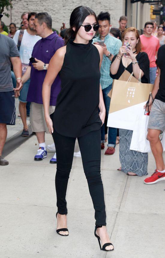 Fanka rzuciła się na Selenę Gomez, a ona... (FOTO)