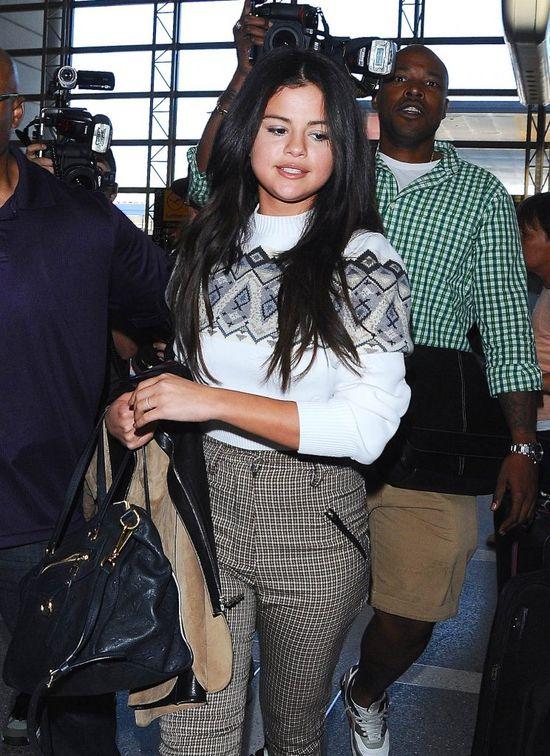 Selena Gomez niemal stratowana przez fan�w! (VIDEO)