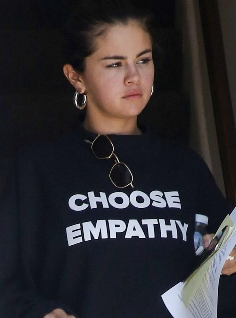 Selena Gomez BEZ MAKE UP'U i z niedbałą fryzurą (ZDJĘCIA)