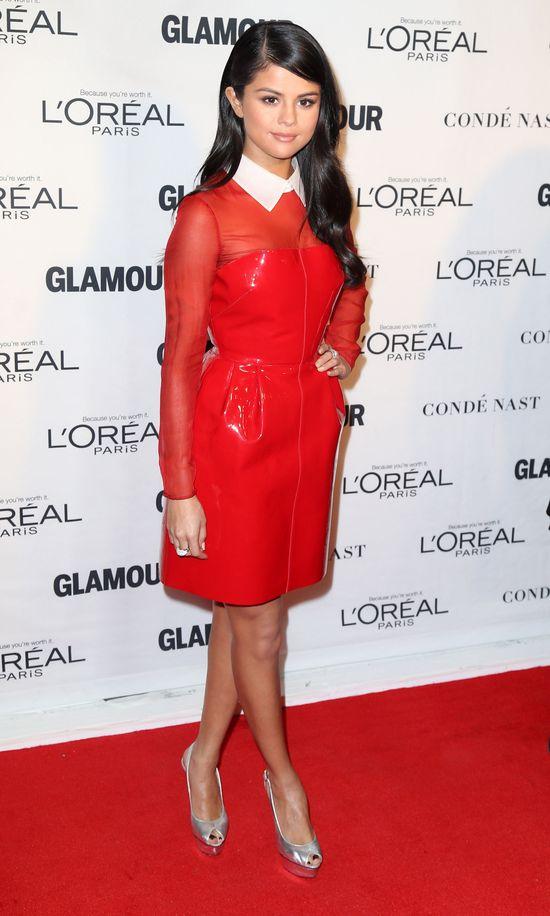 Na czyich kolanach siedzi Selena Gomez? (VIDEO)