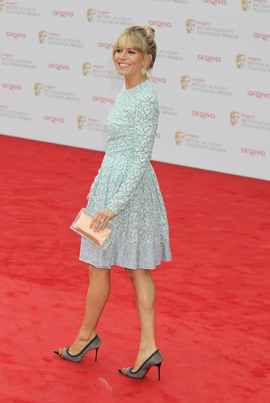 Grzeczna mama Sienna Miller na rozdaniu nagr�d BAFTA (FOTO)