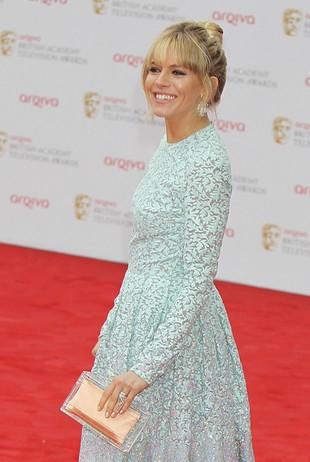 Grzeczna mama Sienna Miller na rozdaniu nagród BAFTA (FOTO)