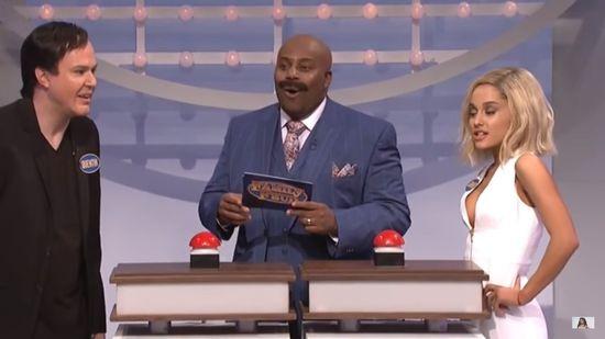 Ariana Grande parodiuje Jennifer Lawrence!