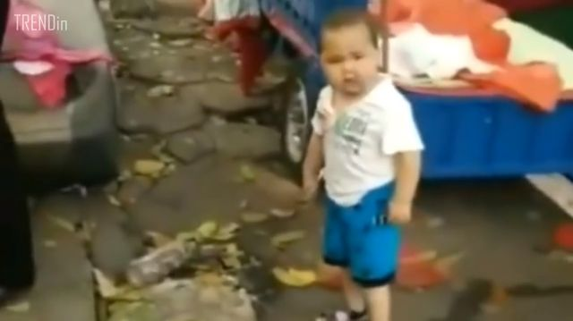 Cóż za ODWAGA! Zobacz, jak kilkuletnie dziecko... broni swojej babci! (VIDEO)