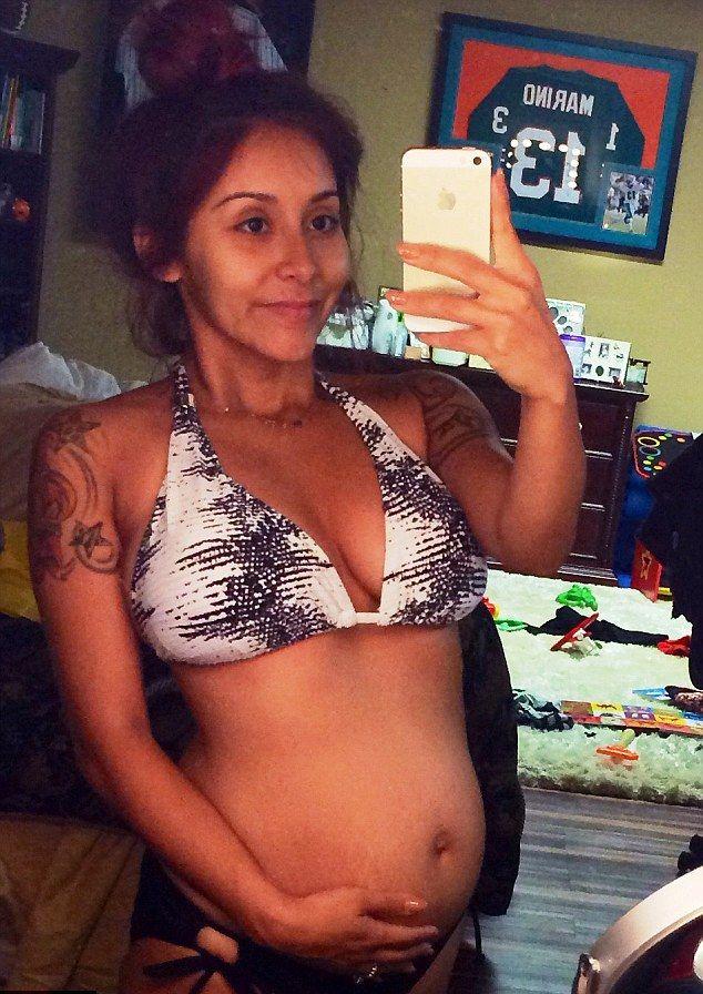 Snooki w bikini chwali się ciążowym brzuszkiem (FOTO)