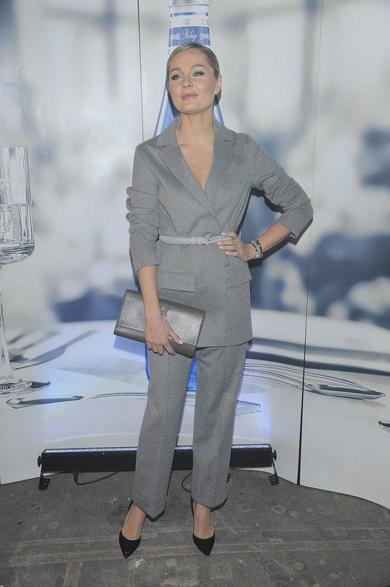 Małgorzata Socha w szarym kostiumie na pokazie Ossolińskiego