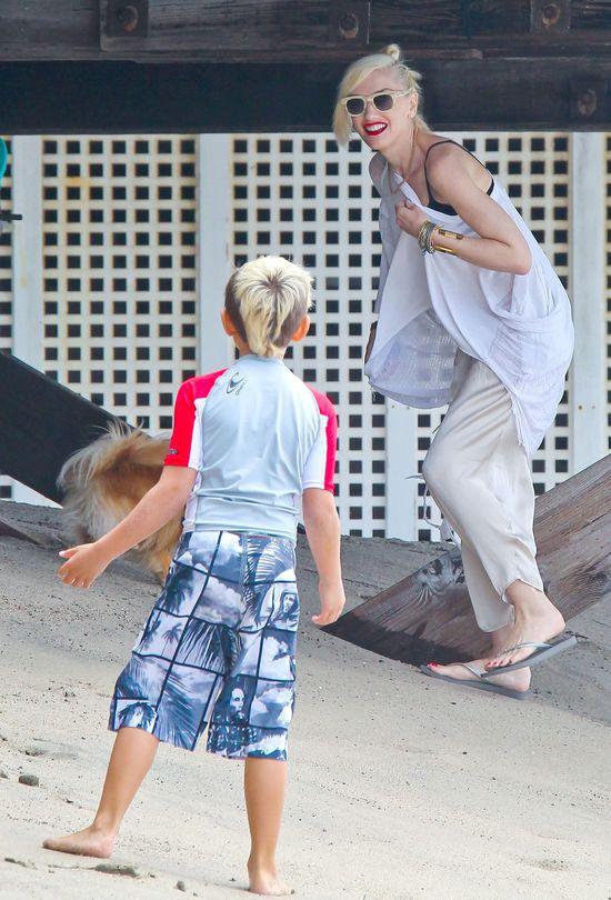 Gwen Stefani bawi si� z ch�opakami na pla�y (FOTO)