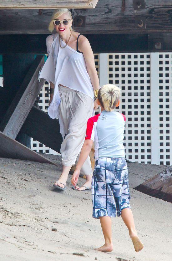 Gwen Stefani bawi się z chłopakami na plaży (FOTO)