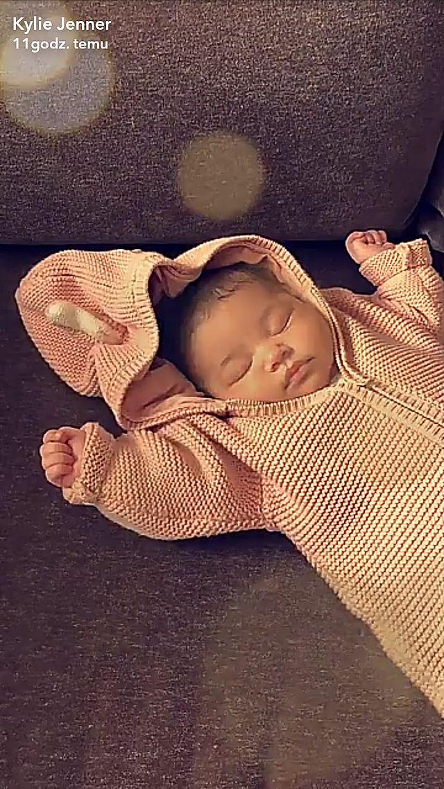 Na najnowszym zdjęciu, śpiąca Stormi wygląda zupełnie jak Kylie Jenner