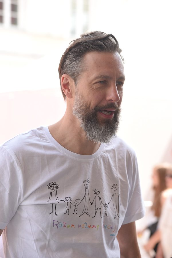 Majewski nosi na koszulce zdj�cie Dominika, kt�ry si� zabi�