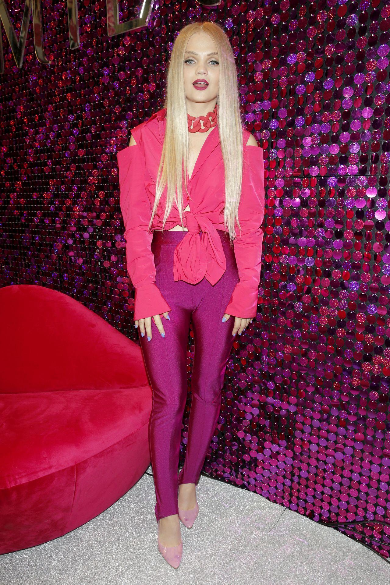 Czerwona krata Ewy Farnej i różowa tunika Górniak - gwiazdy na targach BEAUTY