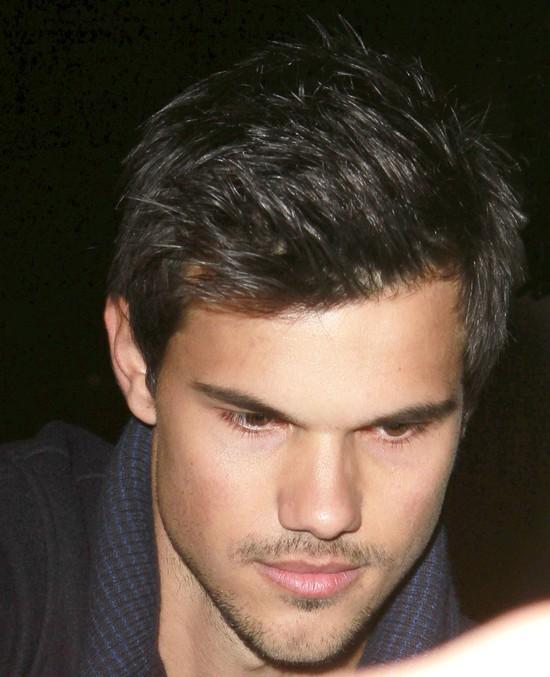 Taylor Lautner zapu�ci� w�sik (FOTO)