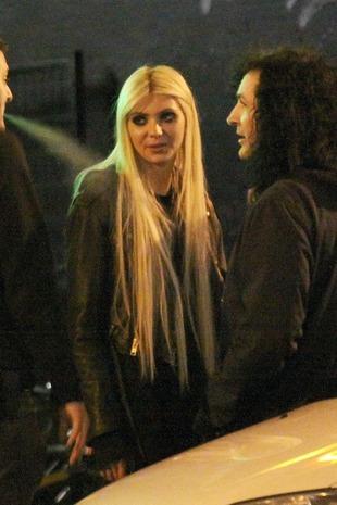 Taylor Momsen w klubie z chłopakami (FOTO)