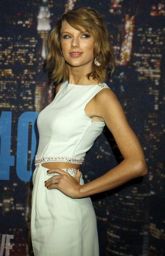 Taylor Swift na czerwonym dywanie niczym lalka Barbie (FOTO)
