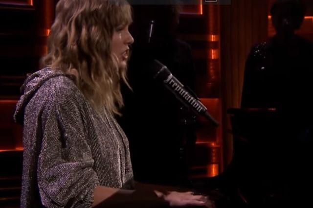 Taylor Swift śpiewa New Year's Day u Jimmy'ego Fallona