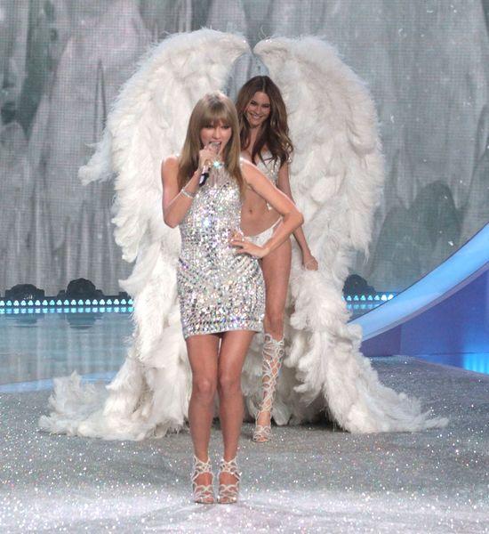 Taylor Swift �piewa dla anio�k�w Victoria's Secret (FOTO)