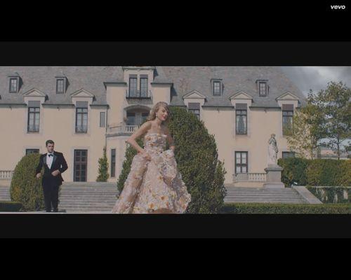 Taylor Swift z nożem, masakruje samochód chłopaka [VIDEO]