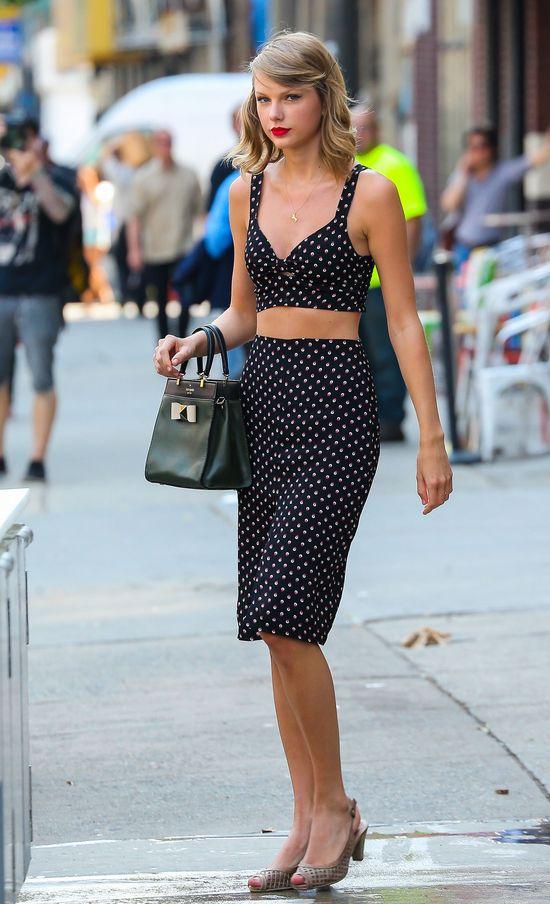 Taylor Swift kusi talią i odstrasza butami (FOTO)