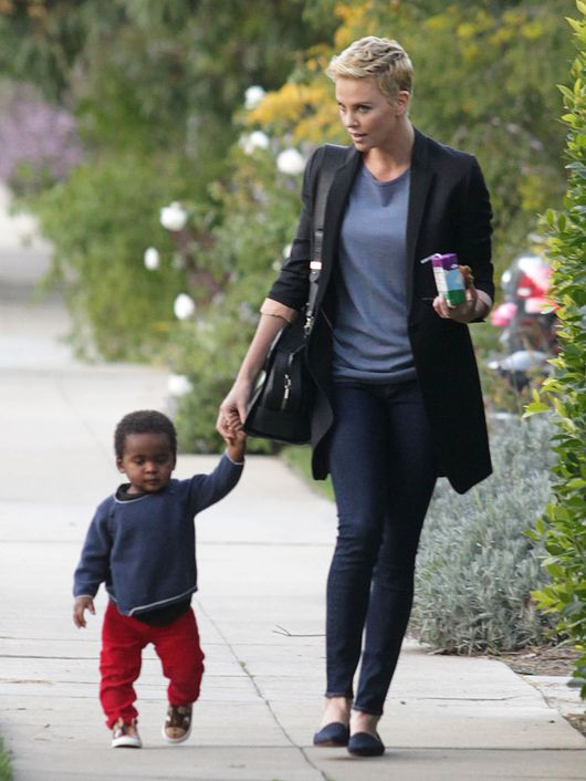 Charlize Theron z synem na spacerze (FOTO)
