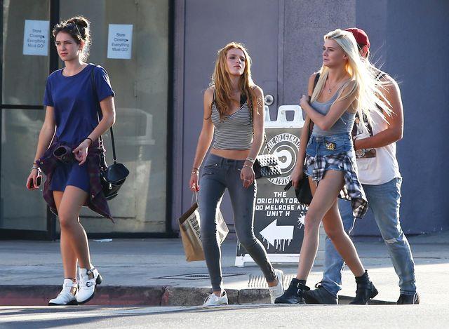 Bella Thorne z odsłoniętym brzuchem na zakupach (FOTO)