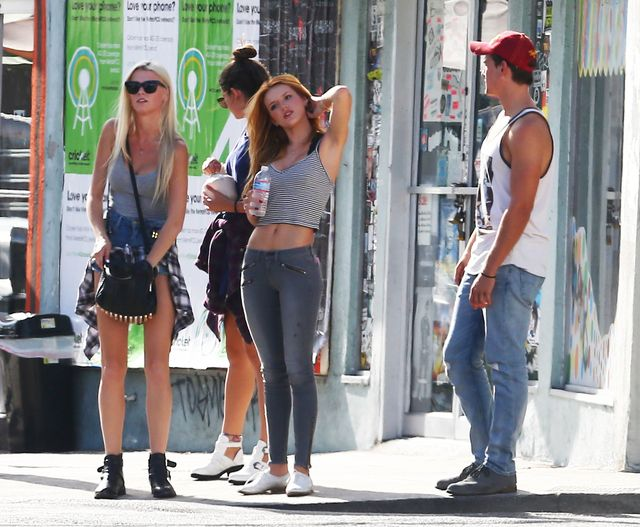 Bella Thorne z ods�oni�tym brzuchem na zakupach (FOTO)