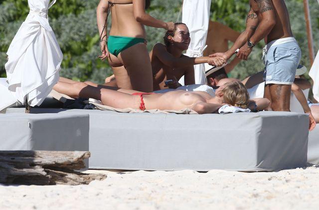 Była Leonardo DiCaprio przyłapana topless (FOTO)