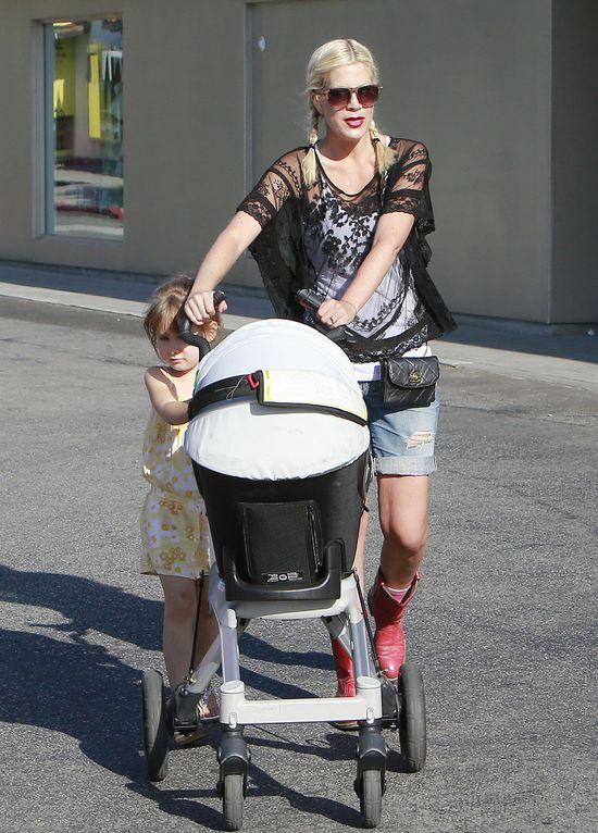 Bardzo szczupła Tori Spelling na placu zabaw z dziećmi FOTO