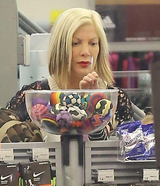 Tori Spelling szaleje na wyprzedażach (FOTO)
