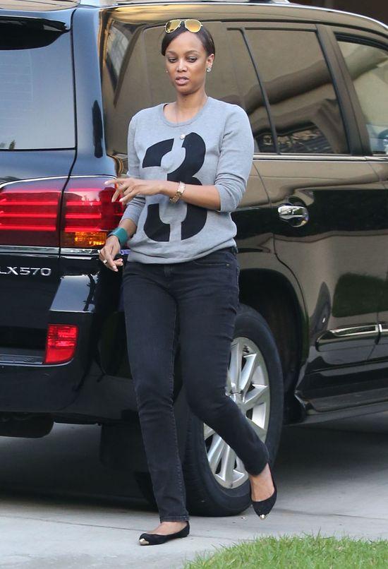 Tyra Banks w dresie i bez peruki (FOTO)