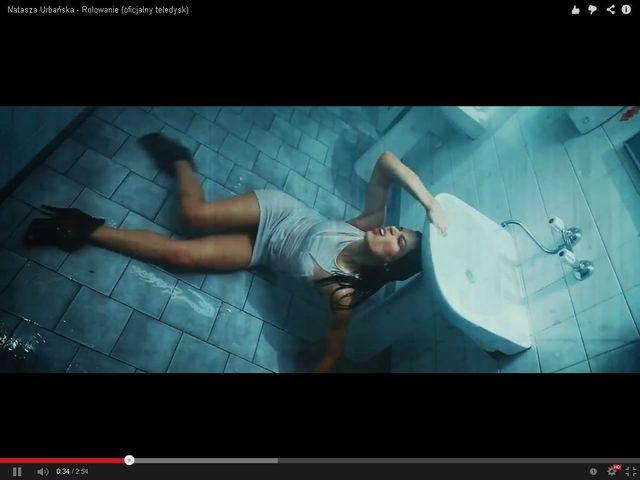 Mokra Urbańska wije się na podłodze w ubikacji (FOTO)