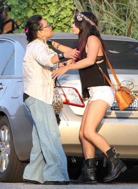Vanessa Hudgens na zakupach z siostr� (FOTO)