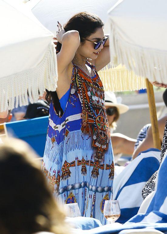 Vanessa Hudgens w kostiumie kąpielowym na plaży (FOTO)