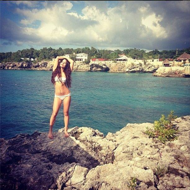 Vanessa Hudgens chwali się swoim ciałem w bikini (FOTO)