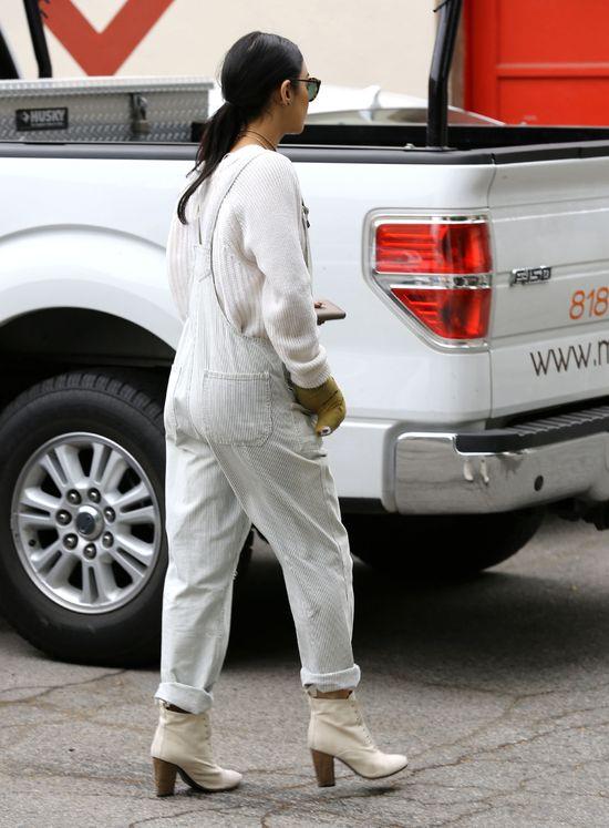 Ręka w gipsie nie przeszkadza jej w dbaniu o styl (FOTO)