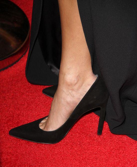 Za duże buty, za długa sukienka - jak ona w tym szła?! FOTO