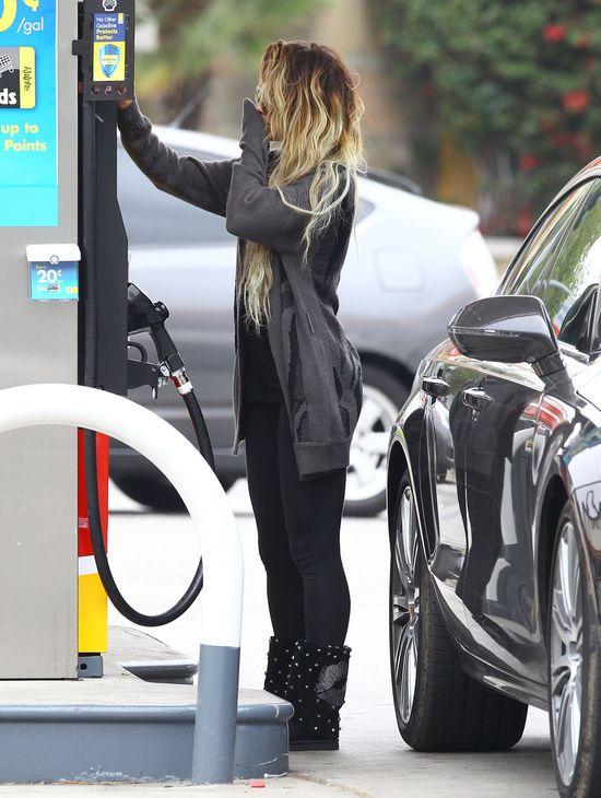 Vanessa Hudgens robi show na stacji benzynowej (FOTO)
