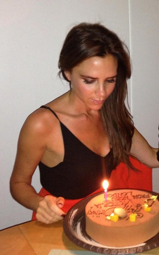 Victoria Beckham w urodziny popatrzyła sobie na tort
